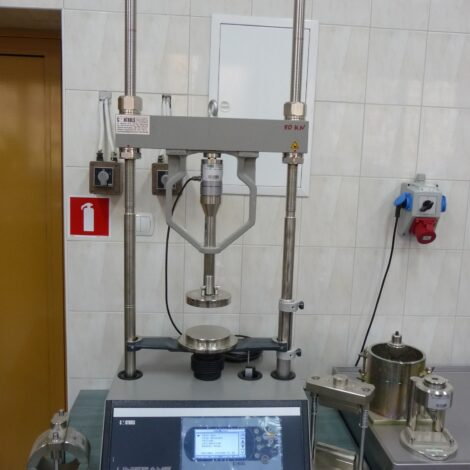 Photo 2. Uniframe 50 kN tester – the device can be used for various tests, e.g. CBR, Marshall stability test, triaxial compression test and all bending and compression tests.