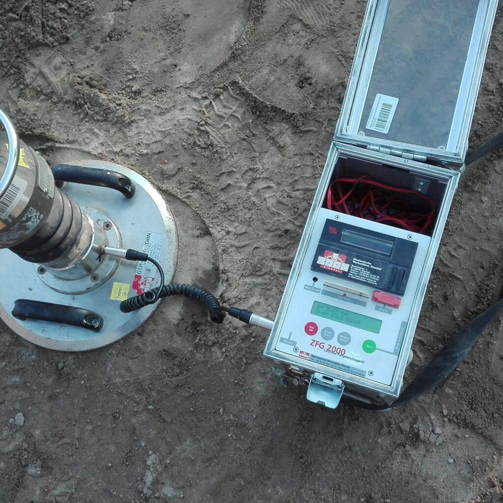 Zdj.6 Płyta dynamiczna ZORN ZFG 2000 badanie wskaźnika zagęszczenia gruntu