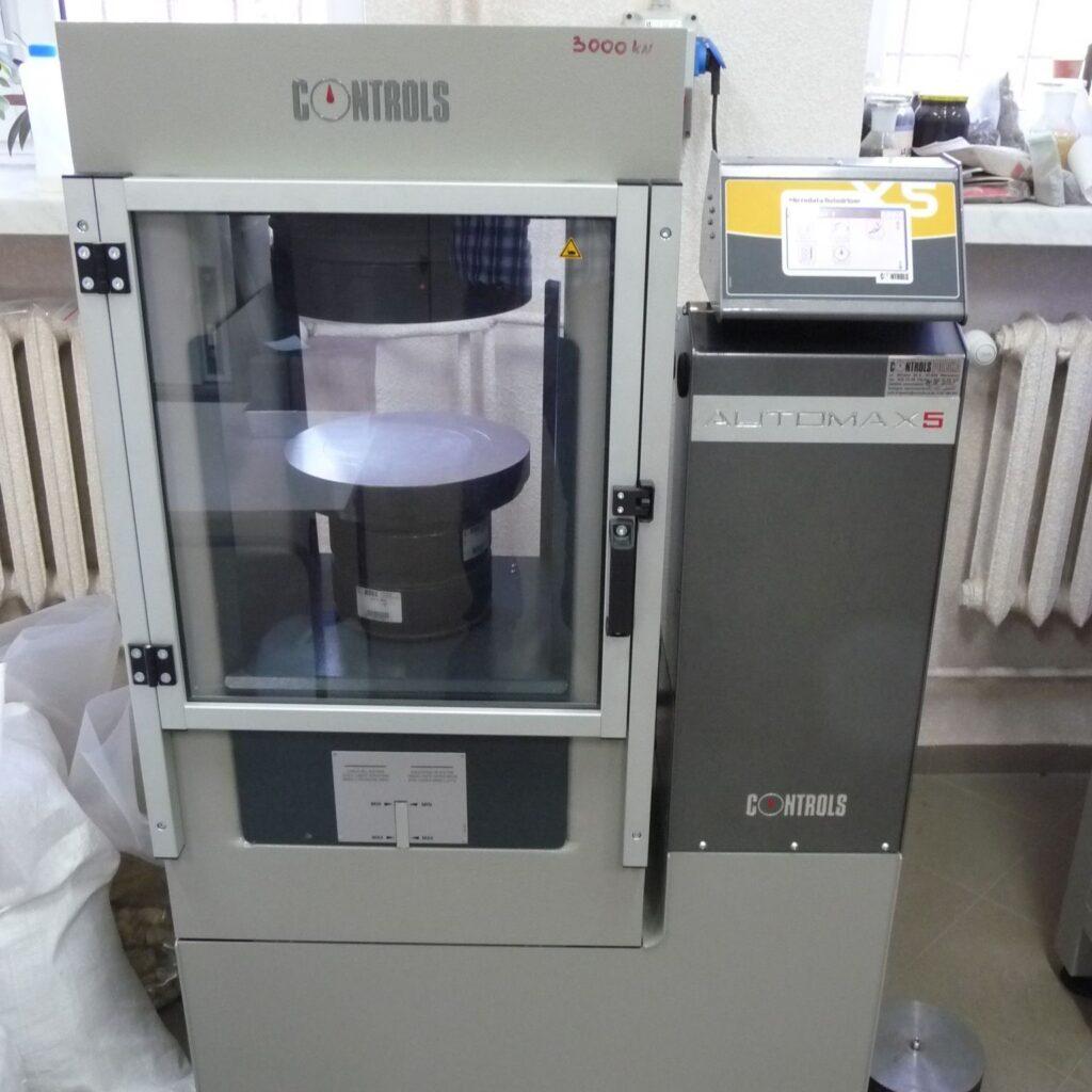 Zdj.8 Prasa Automax5 3000kN do badania wytrzymałości betonu na ściskanie